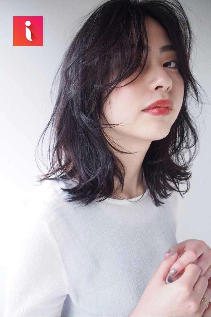 Độ phồng và ôm nhẹ của mái tóc layer tạo cảm giác thon gọn hơn.