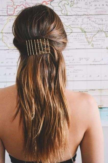 Mẫu tóc dài được tạo kiểu bằng kẹp tăm