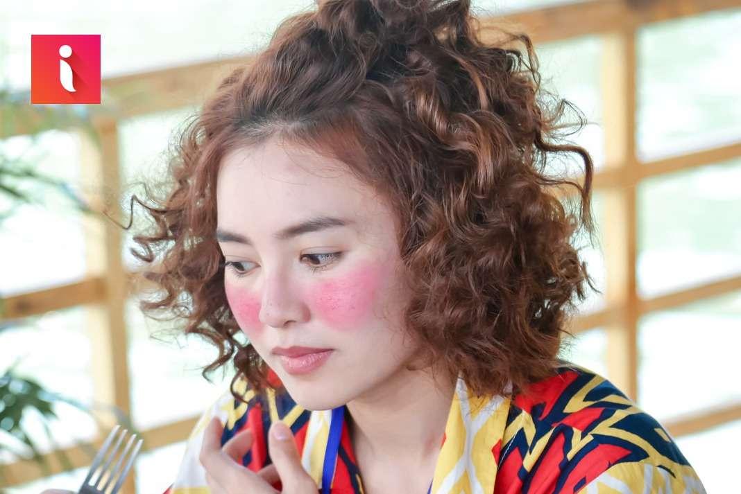 Những lọn tóc ngắn được dập nhỏ li ti cho khuôn mặt thêm phong cách