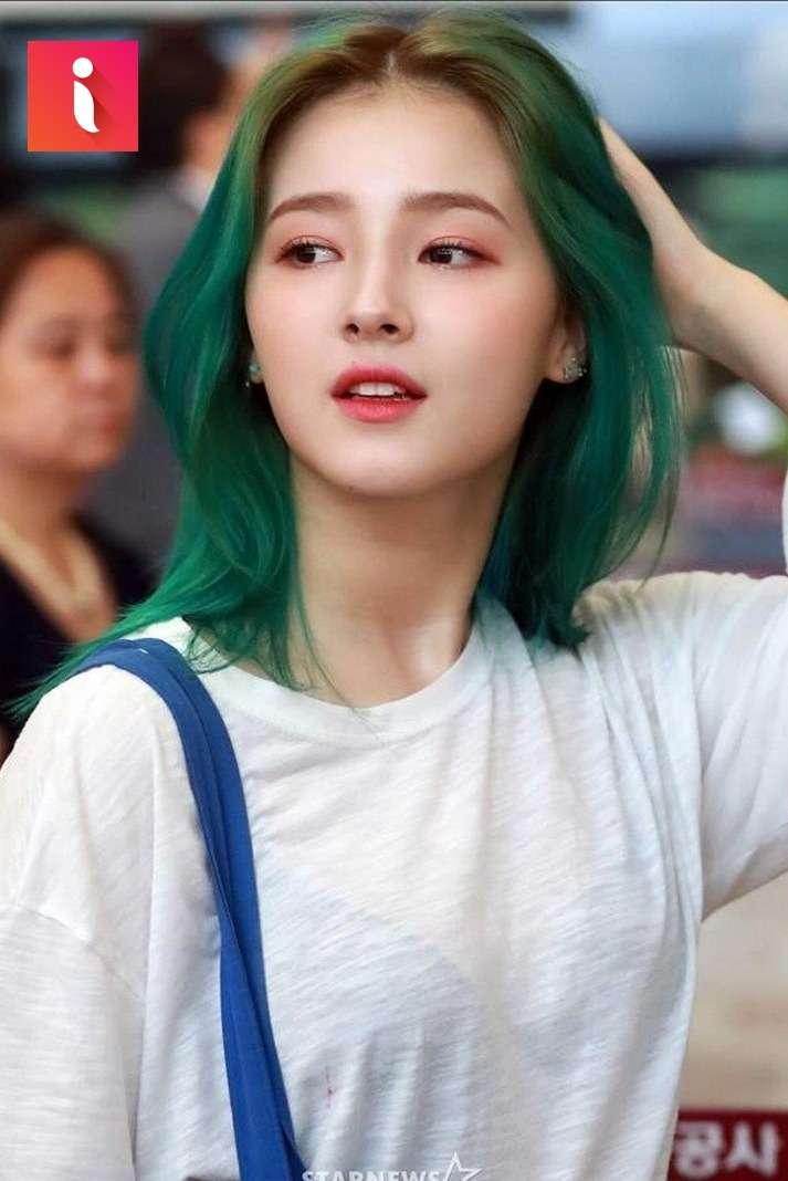 """Nhuộm tóc màu xanh rêu được xem """"hot trend"""" của những năm gần đây"""