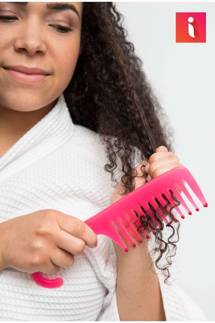 Đối với tóc uốn, xoăn, bạn nên sử dụng lược răng thưa để tránh tóc bị rối